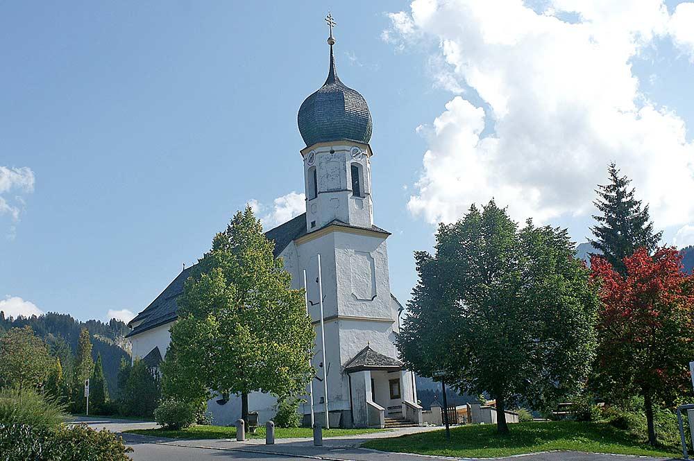 Blick auf die katholische Pfarrkirche Hl. Wendelin in Grän