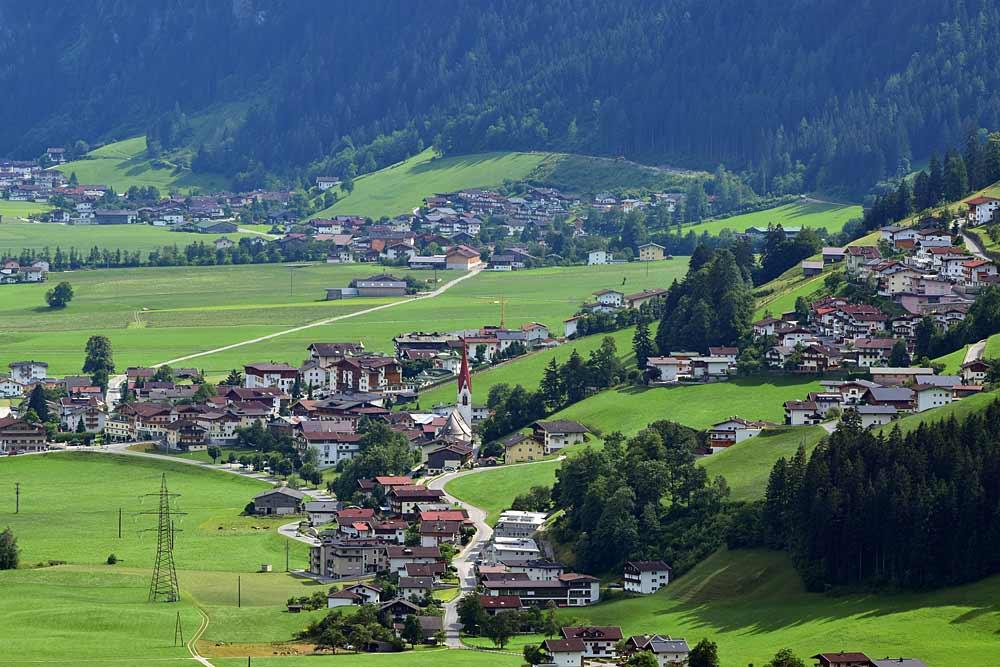 Blick auf Hippach-Dorf und Schwendau, von Zellberg aus gesehen