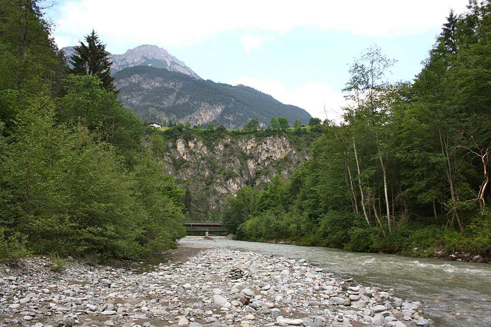 Blick auf Arzler Pitzeklamm mit der Pitzebrücke an der Mündung der Pitze zum Inn