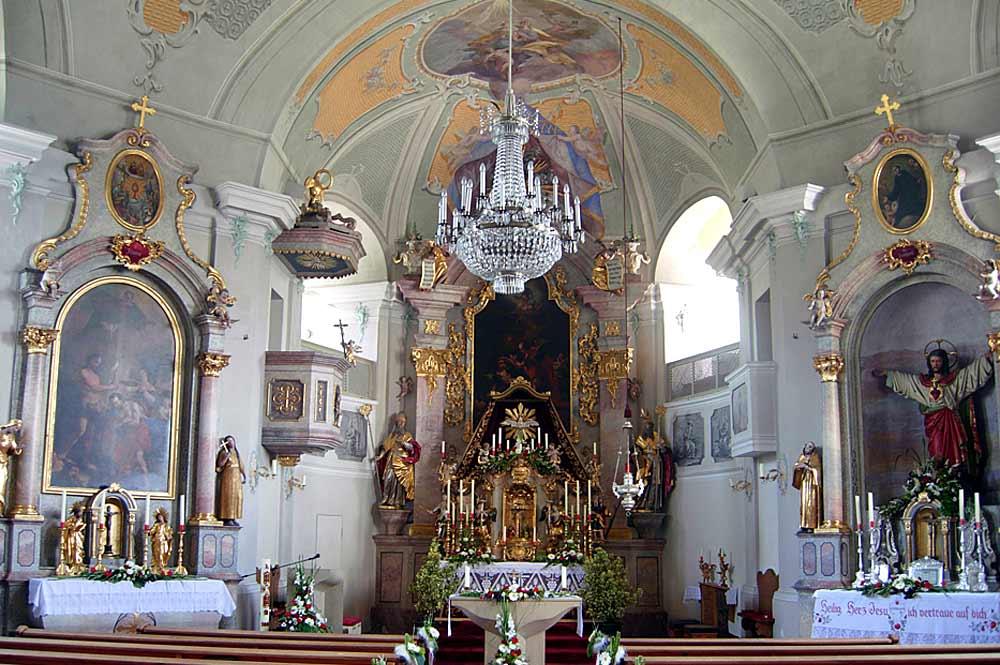 Blick auf den reich geschmückten Altarraum der Pfarrkirche St. Josef in Itter