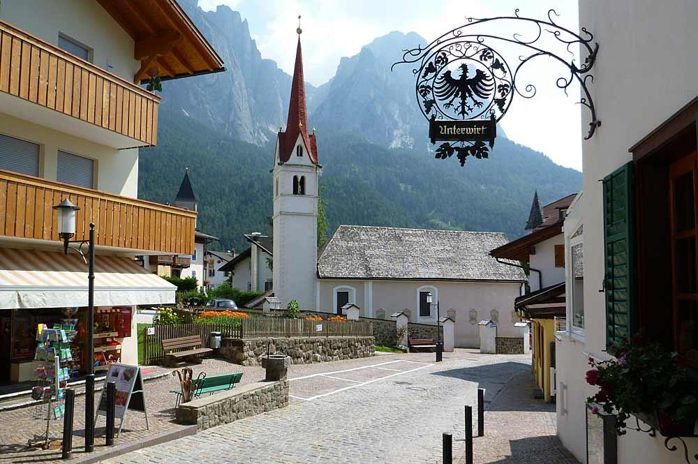 Der Ortskern von Seis am Schlern mit der Maria-Hilf-Kirche im Hintergrund