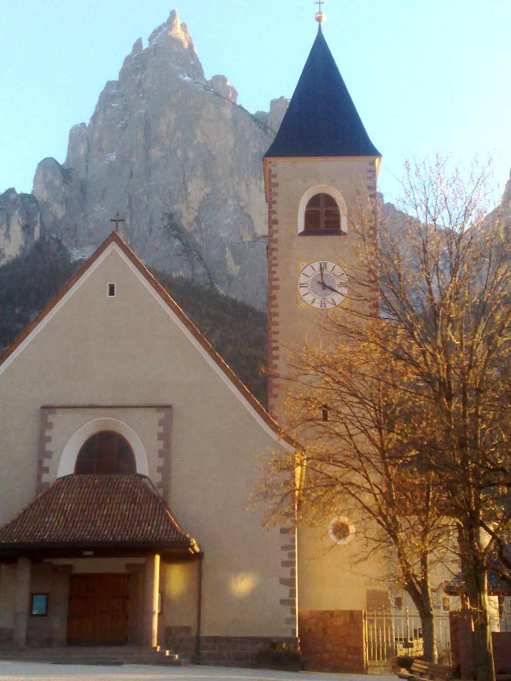 Blick auf die Fassade der barocken Pfarrkirche von Seis am Schlern