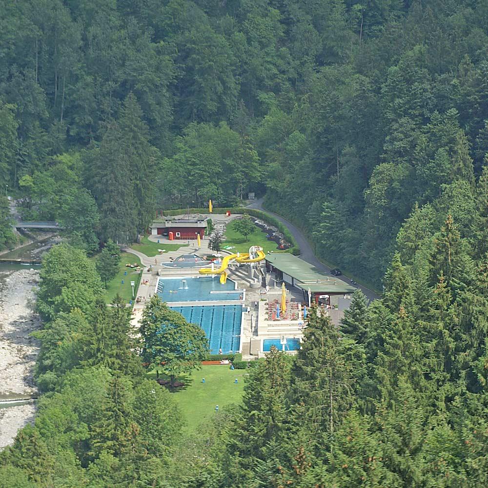 Luftaufnahme des Waldbads Enz in Dornbirn