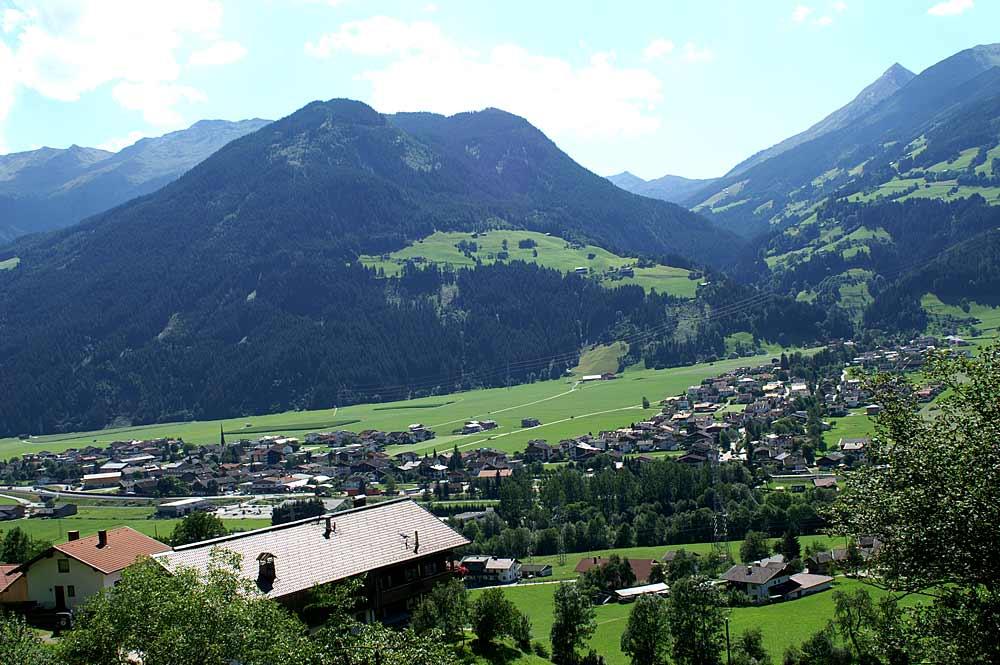 Blick auf die Gemeinde Uderns und Kleinboden im Zillertal