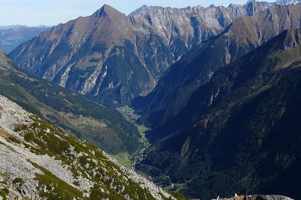 Blick vom Berliner Höhenweg aus auf Ginzling und den Berg Tristner