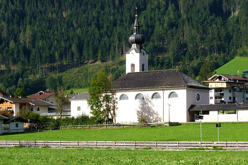 Blick auf die katholische Pfarrkirche Maria zum Siege in Aschau im Zillertal