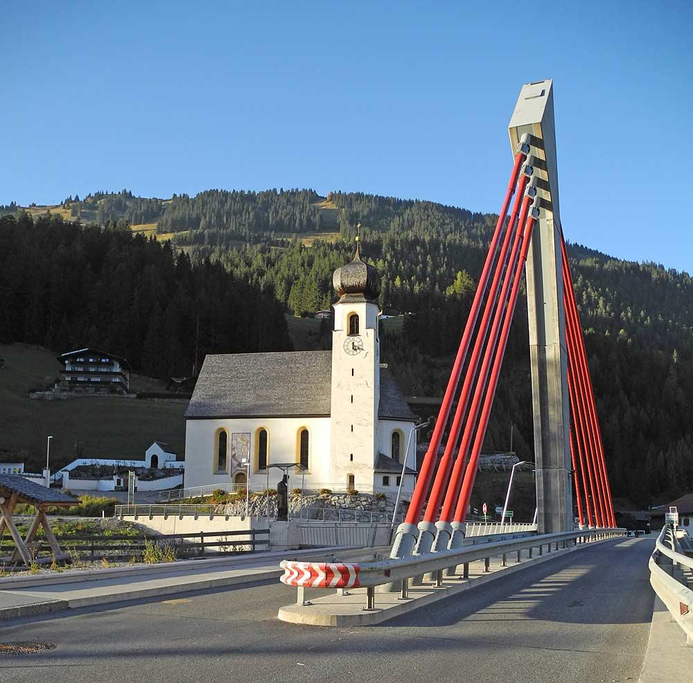 Blick auf die Pfarrkirche Bach mit der Schrägseilbrücke