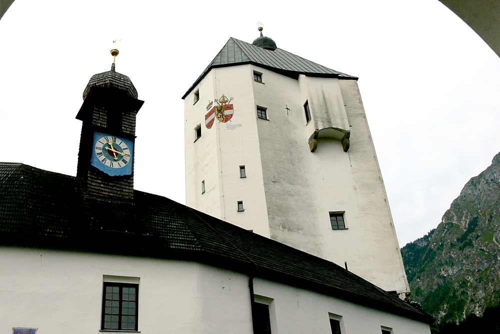 Blick auf den Bergfried der Burg Mariastein
