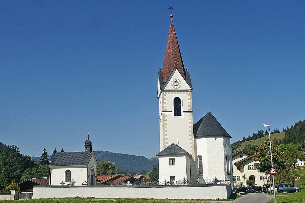 Blick auf die katholische Pfarrkirche St. Wolfgang in Schattwald