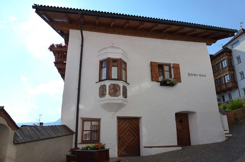 Blick auf die Fassade des Fischerhauses in Kastelruth