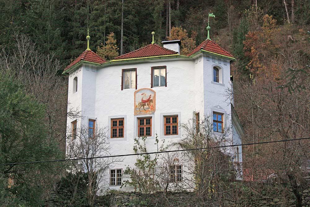 Blick auf den Ansitz Weiherburg in Ainet