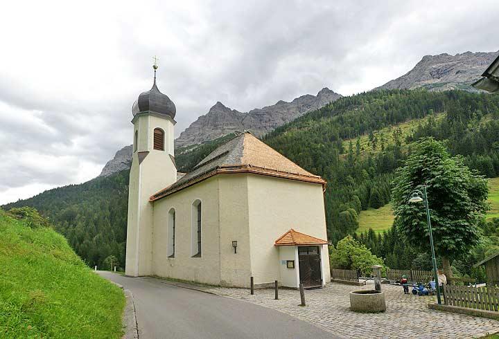 Blick auf die Pfarrkirche Unsere Liebe Frau vom Guten Rat in Hinterhornbach