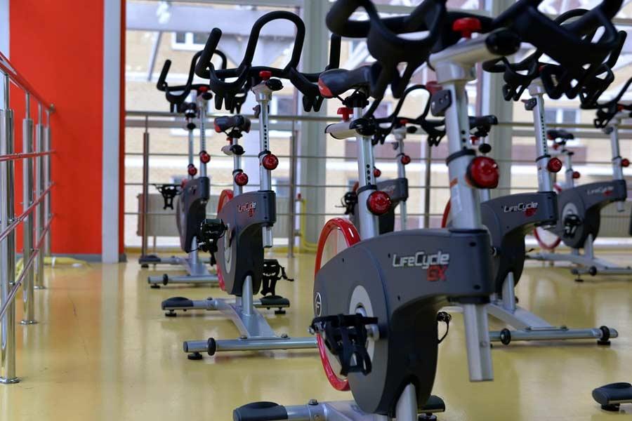 Trainingsraum und Geräte in einem Fitness-Studio