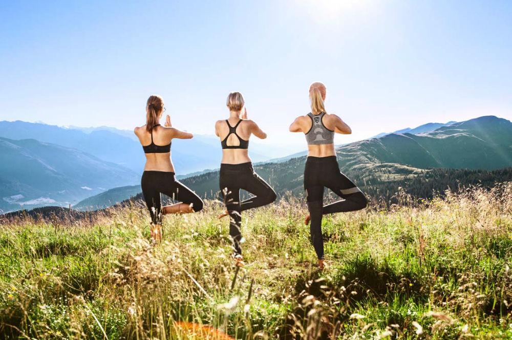 Drei Frauen beim Yoga auf der Schmittenhöhe