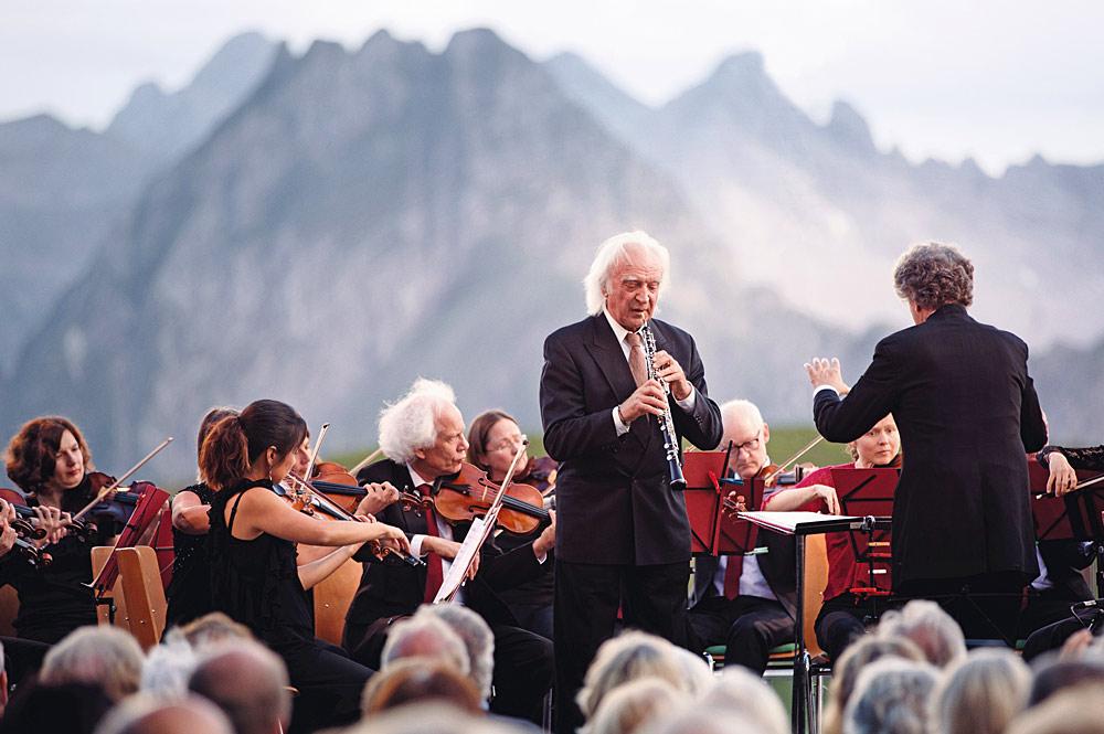Streichorchester mit Dirigent und Solo-Oboist während des Oberstdorfer Musiksommers