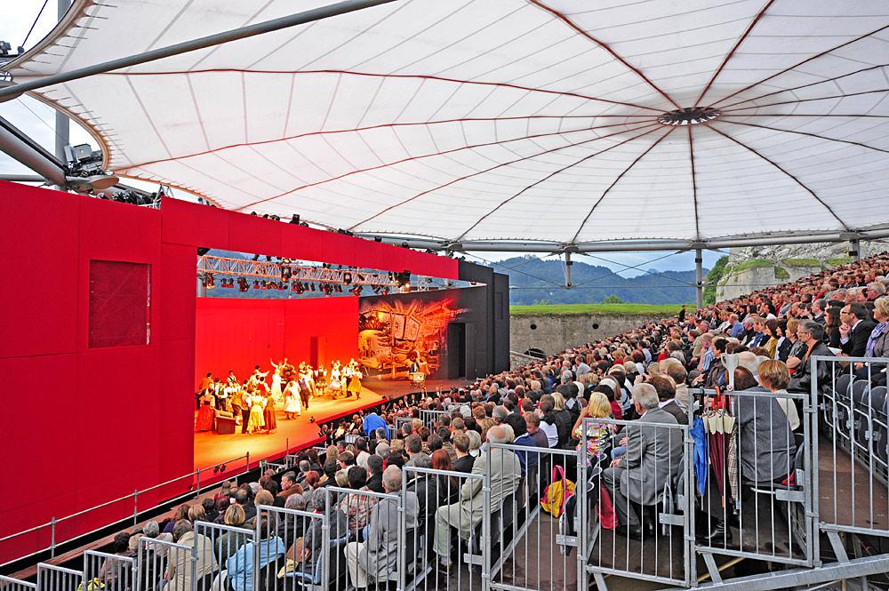 Blick auf Publikum und Bühne während einer Aufführung beim OperettenSommer Kufstein