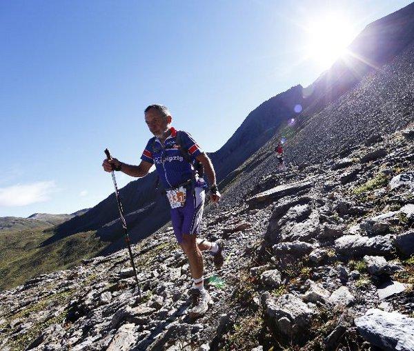 Ein Mann läuft beim Transalpine Run mit