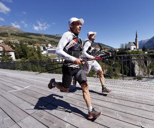 In Zweierteams gehen die Läufer an den Start