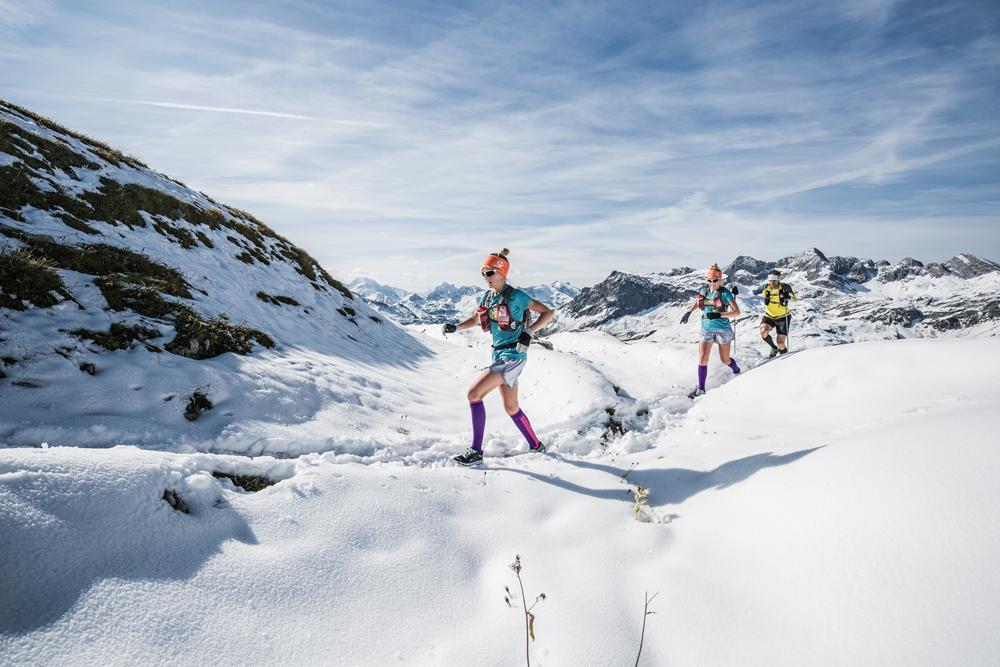 Läufer im Schnee beim Transalpine Run