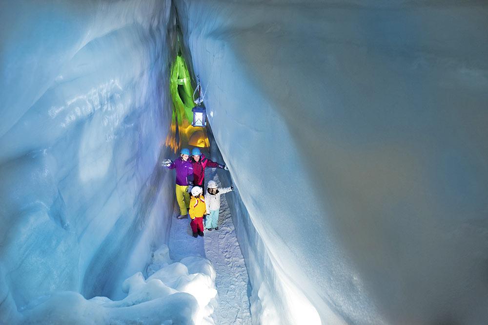 Familie in der Blauen Kammer des Natur Eis Palasts am Hintertuxer Gletscher