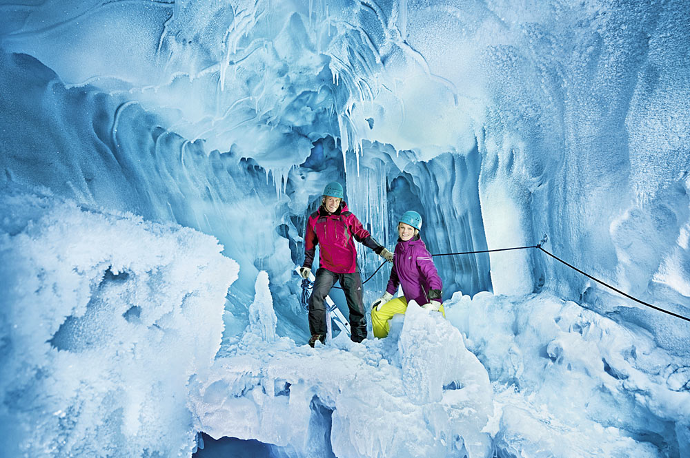 Paar beim Wandern durch den Natur Eis Palast im Hintertuxer Gletscher