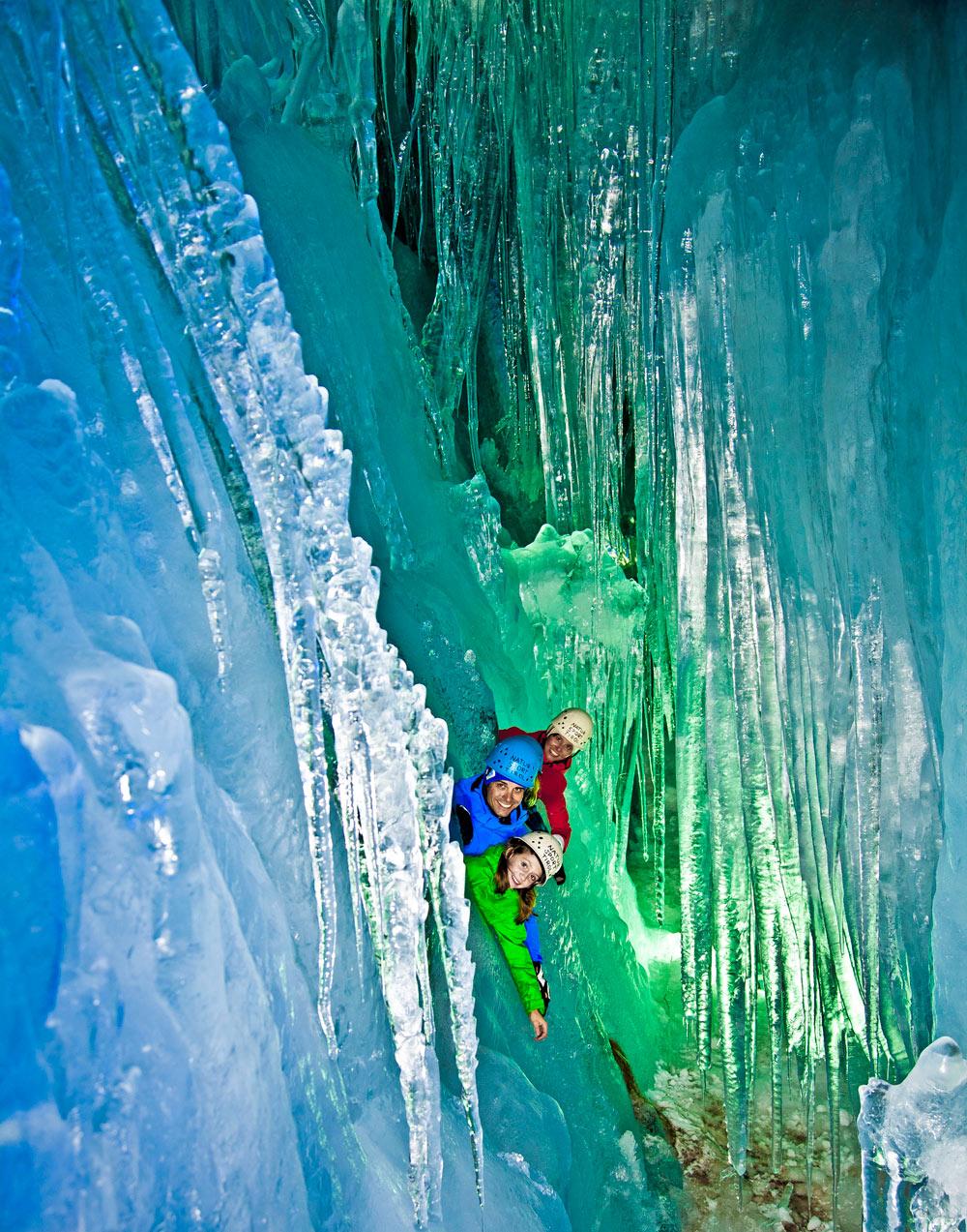Familie erkundet die Stalaktiten im Inneren des Hintertuxer Gletschers