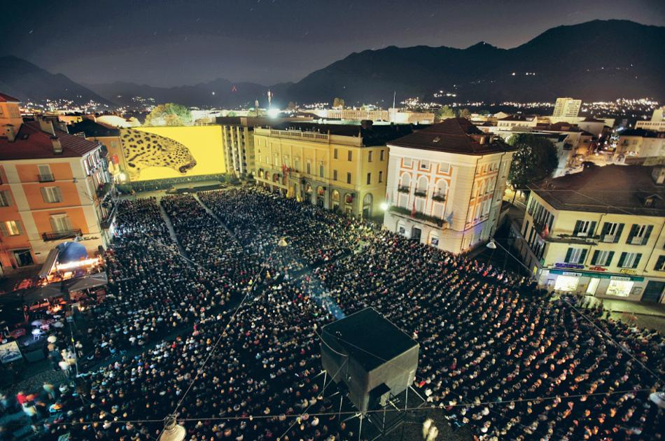 Zuschauer bei einer Filmvorführung auf der Piazza Grande beim Filmfestival Locarno