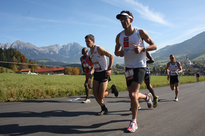 Läufer auf einer asphaltierten Straße während der Tour de Tirol