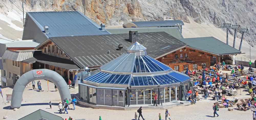 Glaskuppel des Gletschergartens auf der Zugspitze