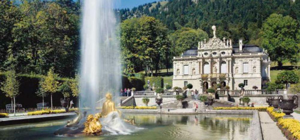 Blick auf Schloss Linderhof und den Springbrunnen