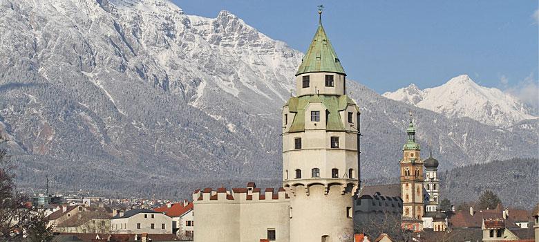 Blick auf Burg Hasegg und den Münzerturm in Hall in Tirol