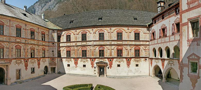 Blick in den Innenhof von Schloss Tratzberg