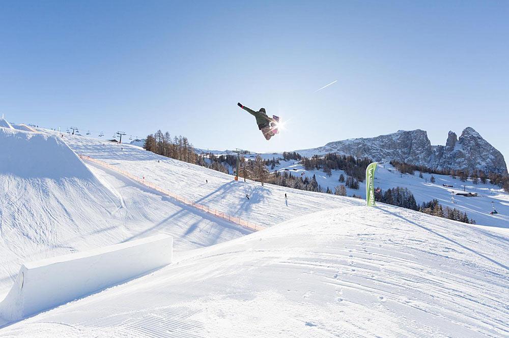 Snowboarder beim Sprung im Snowpark Seiser Alm