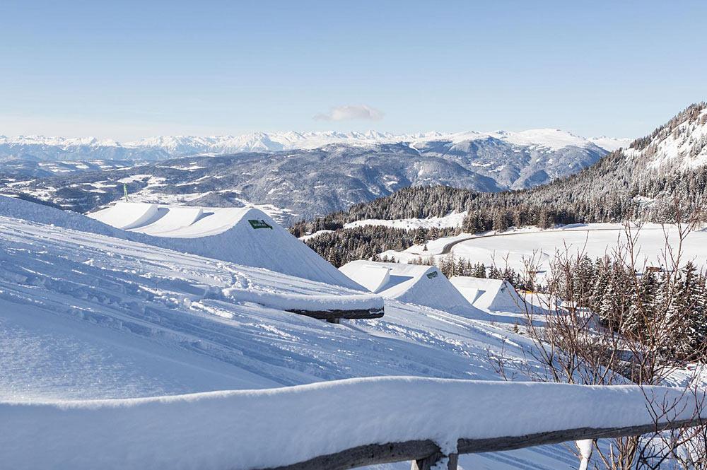 Blick auf einige Obstacles im Snowpark Seiser Alm