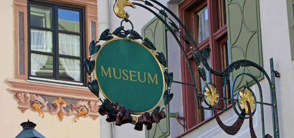 Schild des Werdenfels-Museums in Garmisch-Partenkirchen