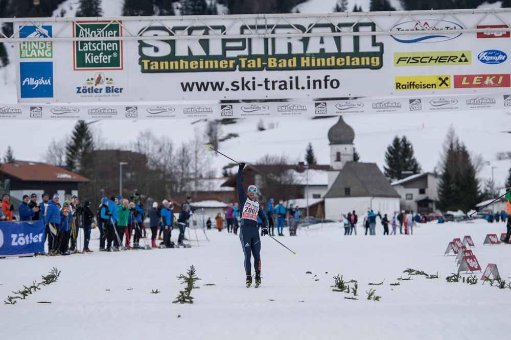 Läufer beim Zieleinlauf Ski Trail Tannheimer Tal