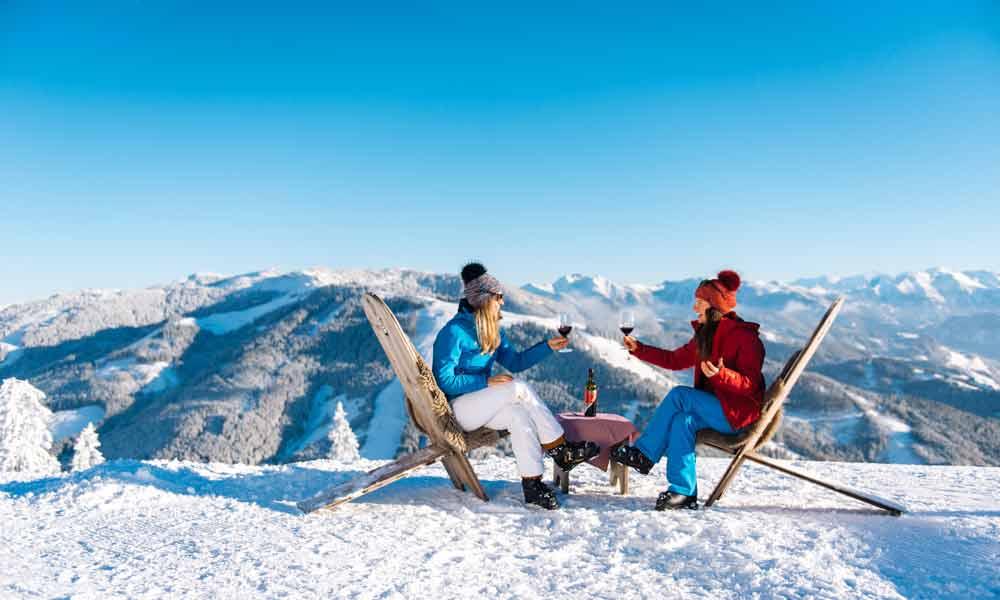 Skifahrerinnen bei einer Weinverkostung in Ski amadé