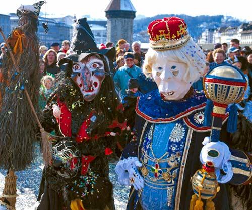 Zwei Fasnachter in traditonellem Kostüm mit Masken.