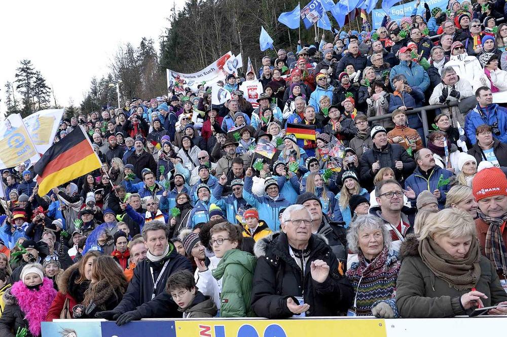 Publikum auf der Tribüne beim Rodelweltcup am Königssee