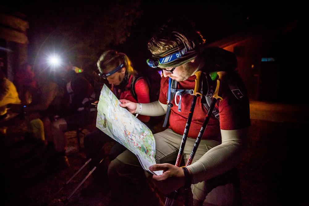Wanderer beim Studieren der Wanderkarte 24 Stunden von Bayern