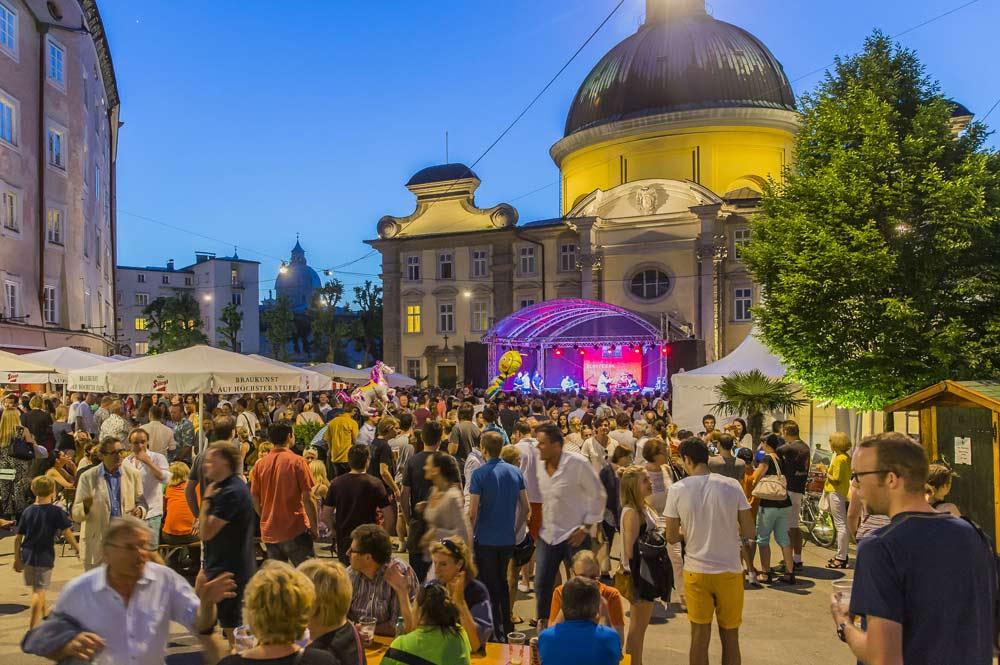 Besucher des Altstadtfests Kaiviertel in Salzburg