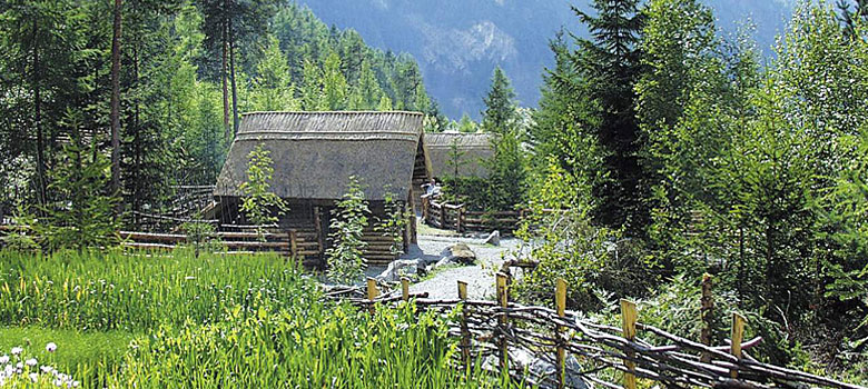 Getreidefeld und Hütten im Ötzi-Dorf Umhausen-Niederthai