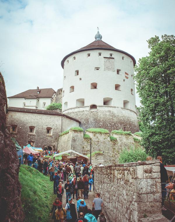Besucher beim Ritterfest auf der Festung Kufstein