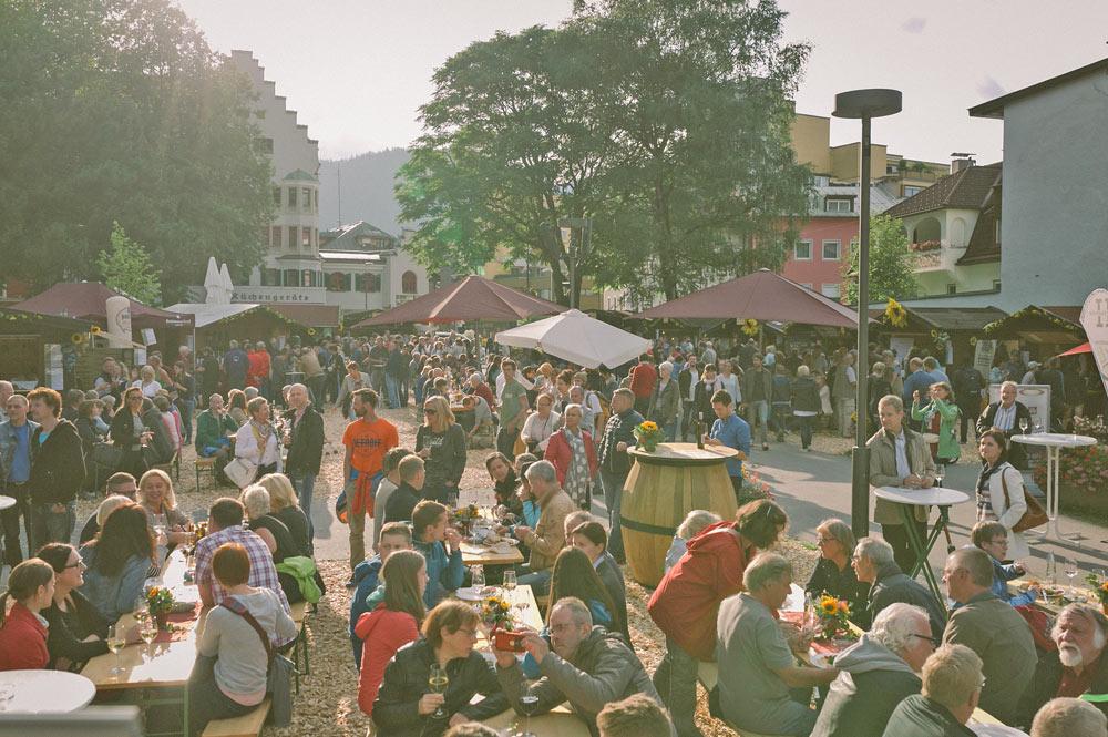 Besucher des Weinfests im Stadtpark Kufstein