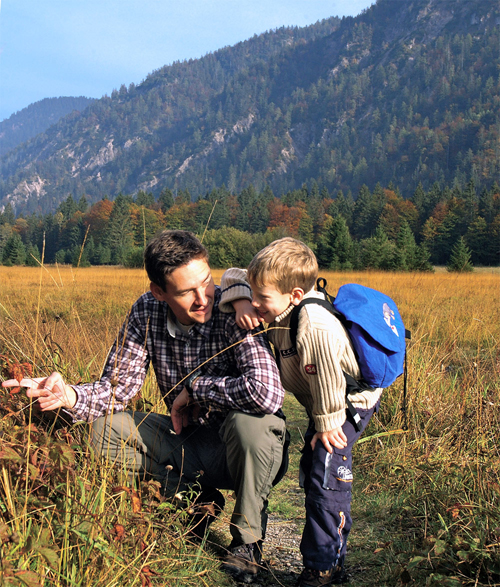 Vater und Sohn bei einer Wanderung im Chiemgau