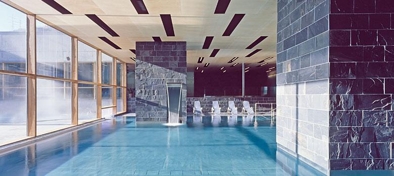 Schwimmbecken im Wellnessbereich des ARLBERG-well.com in St. Anton am Arlberg