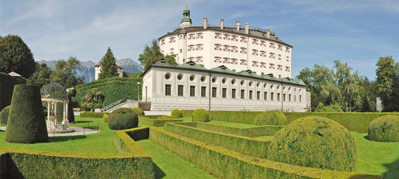 Blick auf Parkanlage und Schloss Ambras in Innsbruck