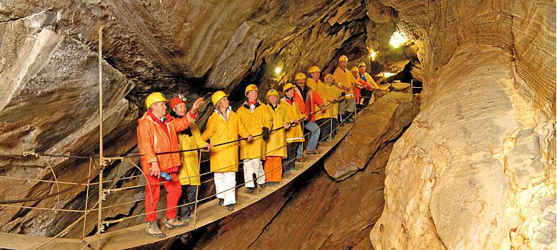 Besucher auf der Hängebrücke in der Spannagelhöhle Tux