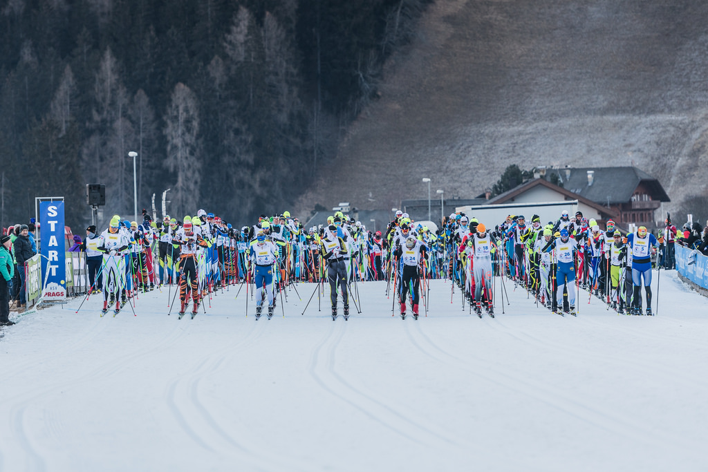 Langläufer am Start zum Pustertaler Ski-Marathon