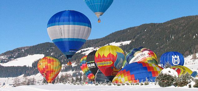 Heißluftballons beim Start in Toblach